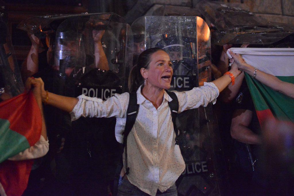 Протестиращи в София на 2 септември правят жива верига пред полицаи срещу агресията на провокаторите. Снимка: BulFoto