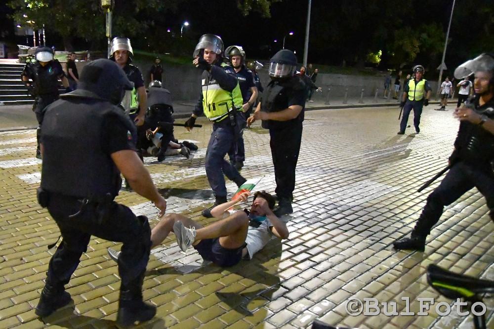 Момент от полицейско преследване на участници в протеста в София на 2 септември. Снимка: BulFoto