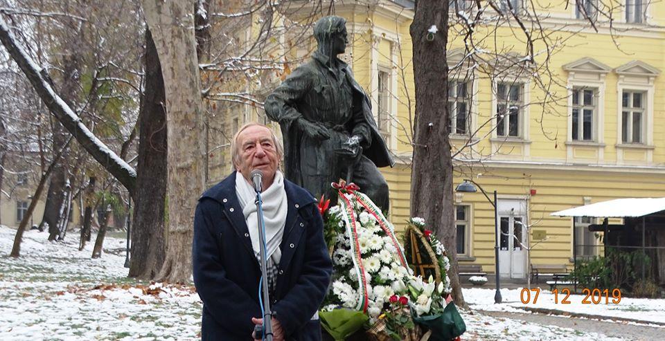 Лъчезар Еленков говори пред паметника на Никола Вапцаров по повод 110-годишнината на поета антифашист на 7 декември 2019 г. Снимка: Николай Белалов