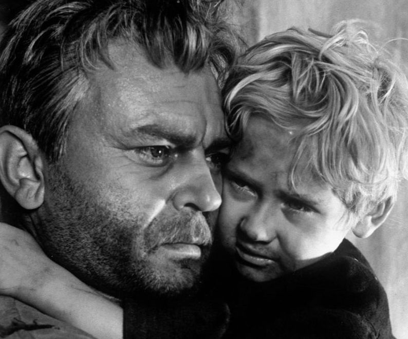 """Сергей Бондарчук и малкият Павел Полунин в кадър от филма """"Съдбата на човека"""". Снимка: culture.ru"""