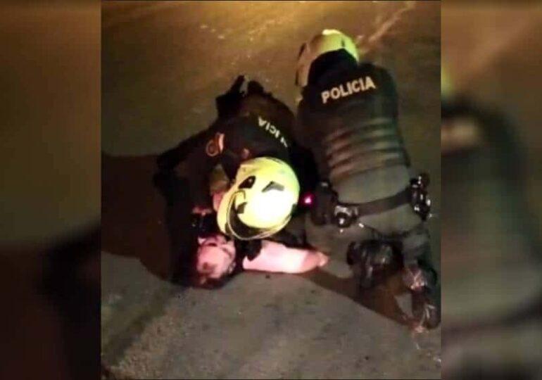 Момент от записа, показващ полицейското насилие над Хавиер Ордониес. Снимка: resumenlatinoamericano.org