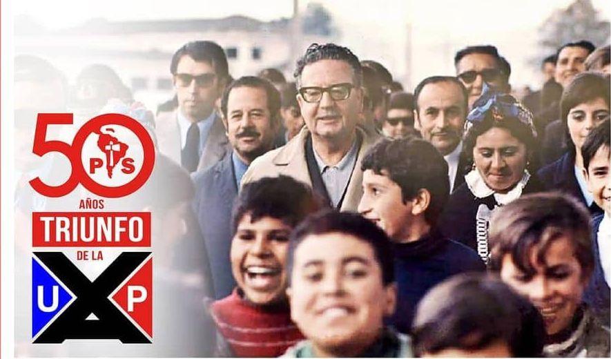 Фрагмент от плаката на Социалистическата партия на Чили в чест на 50-годишнината от победата на Народното единство на изборите в Чили на 4 септември 1970 г. Президентът Салвадор Алиенде е в средата на снимката, сред множеството.