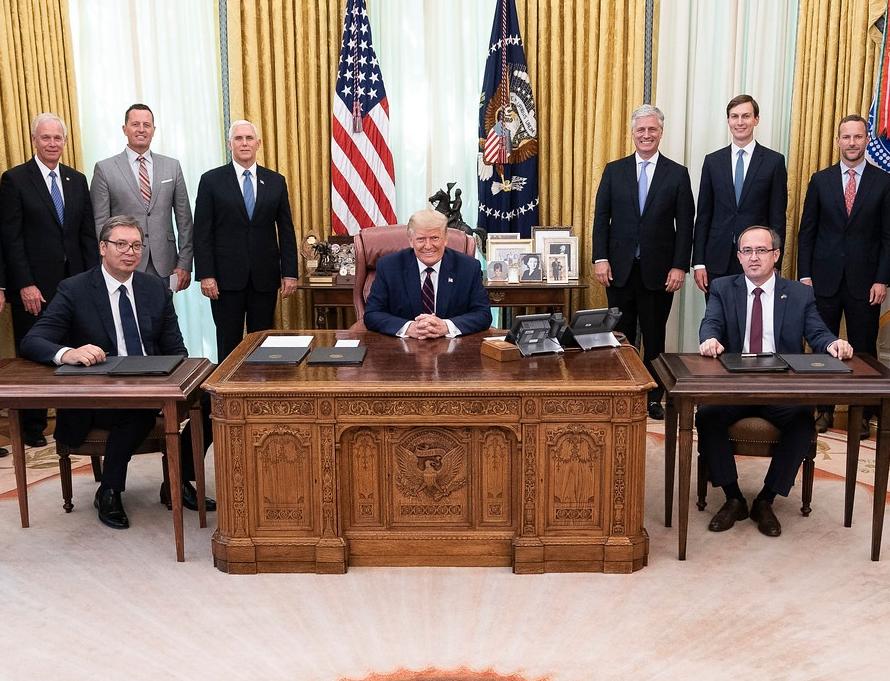 Тръмп се погрижи неговата маса да е най-голяма при срещата с лидерите на Сърбия и Косово. Снимка: https://www.facebook.com/WhiteHouse