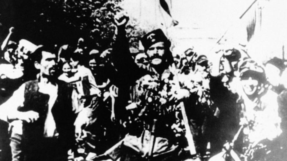 Партизани слизат в Белово на 9 септември 1944 г. Известният кадър с партизанина Чапай (Александър Пипонков) в центъра е от тогавашна кинохроника