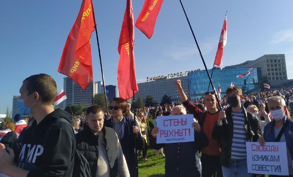 """Павел Катаржевски (вторият от дясно) и други активисти на """"Справедлив свят"""" на демонстрация в Минск на 20 септември."""