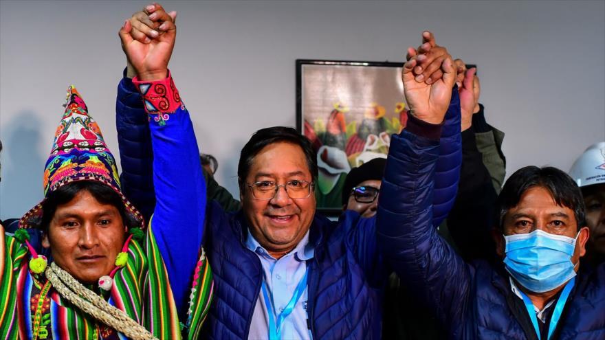 Победителят в президентските избори в Боливия Луис Арсе (в средата) със своя вице Давид Чокеуанка (с маската вдясно) и с други съратници от Движението към социализъм. Снимка: Hispan TV