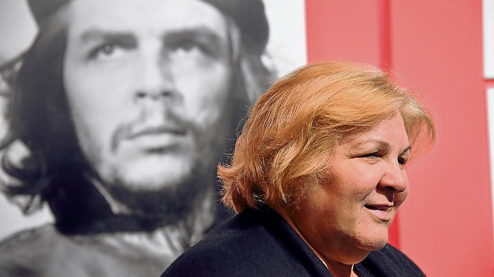 Алейда Гевара на фона на прочутата снимка на баща си - Ернесто Че Гевара, направена от Алберто Корда. Снимка: lavoz.com.ar