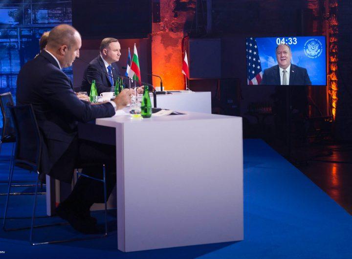 """Президентът Румен Радев заедно с колегите си от Естония и Полша гледа онлайн обръщението на Майк Помпео по време на форума на """"Три морета"""" в Талин. Снимка: rmx.news"""