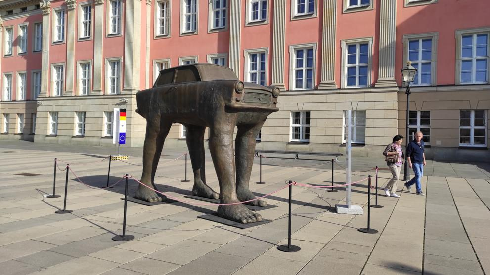 """""""Quo Vadis"""" е озаглавил тази своя статуя с емблематичния за ГДР """"Трабант"""" нашумелият чешки скулптор Давид Черни. Композицията е инсталирана в Потсдам по повод 30-годишнината от обединението на Германия. Снимка: Мария-Пас Лопес, La Vanguardia"""