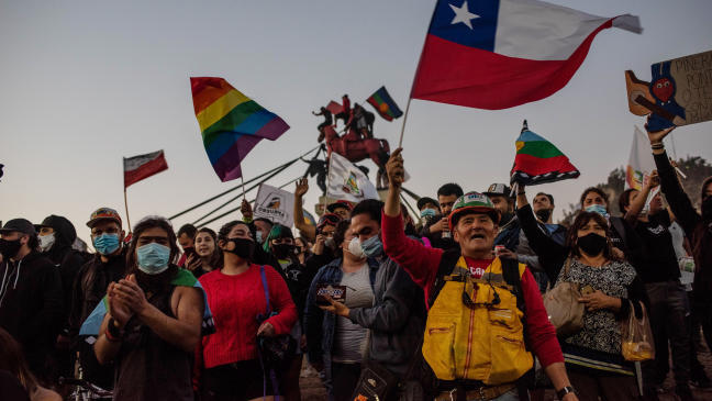 Чилийците празнуват победата в референдума като начало за нова надежда на страната, но знаят, че борбата тепърва предстои. Снимка: lne.es