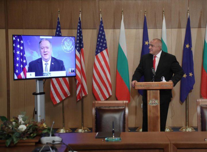 """Бойко Борисов приема поздравления от монитора с Майк Помпео """"отлично свършената работа"""". Снимка: правителствен сайт"""