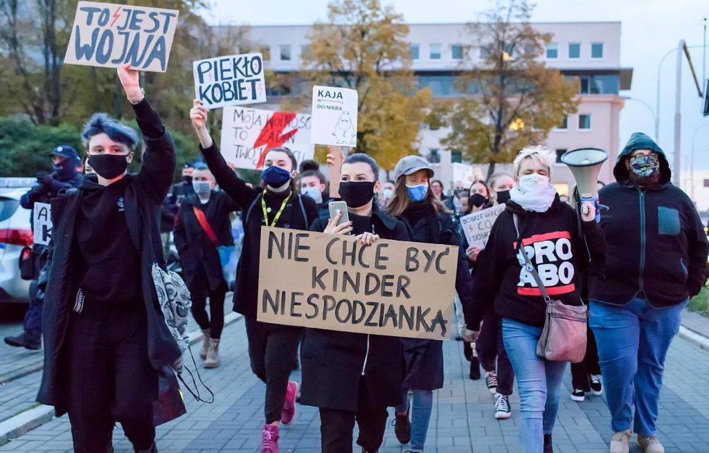 Протестиращи жени с плакат, който гласи: Не желая да съм Kinder изненада