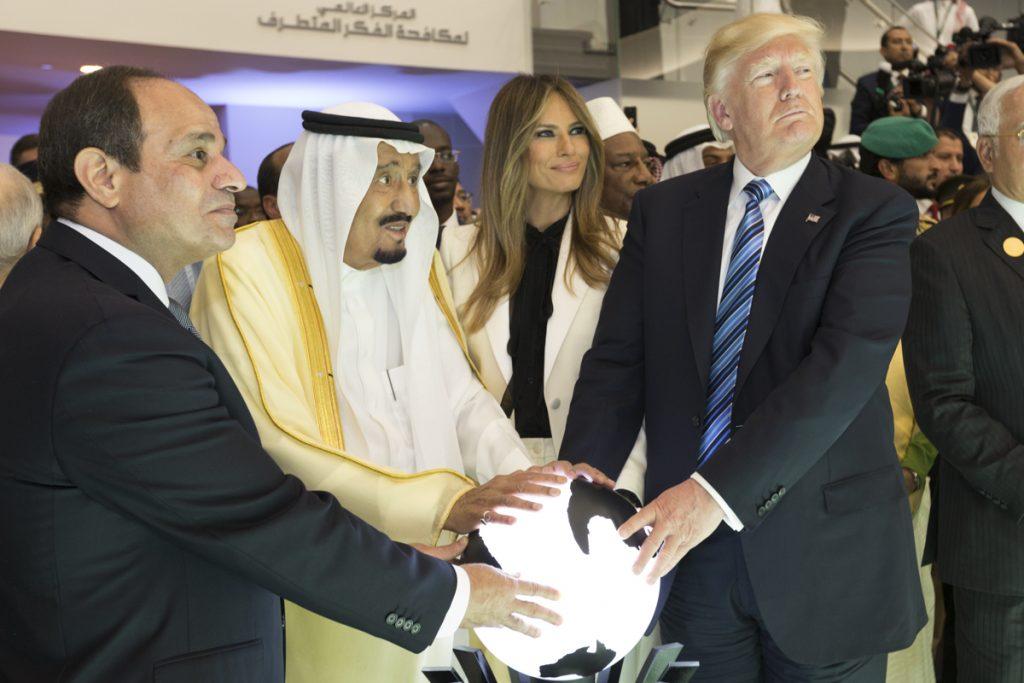 Доналд Тръмп с края на Саудитска Арабия и египетския диктатор генерал Сиси. Снимка: Wikimedia Commons