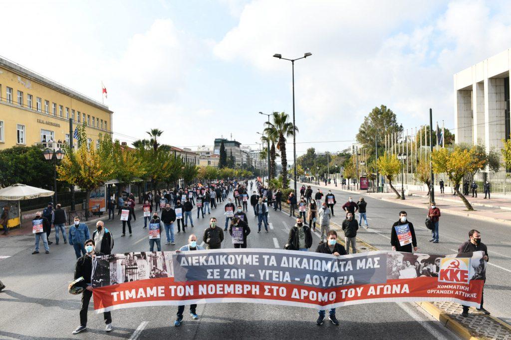 Част от днешното шествие в памет на жертвите от 17 ноември 1973 г., преминало край посолството на САЩ в Атина. Снимка: Туитър