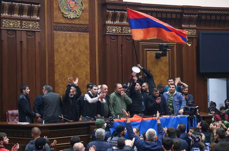 Разгневени арменци нахлуха в сградата на парламента в Ереван. Снимка: ТАСС