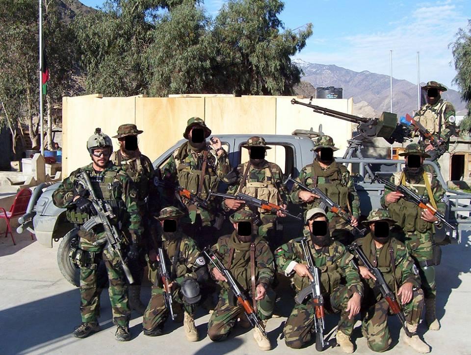 Американски инструктор с отряд от  Защитните сили на Хост (KPF). Финансираните от ЦРУ паравоенни отряди са по-модерно въоръжени от редовната афганистанска армия.