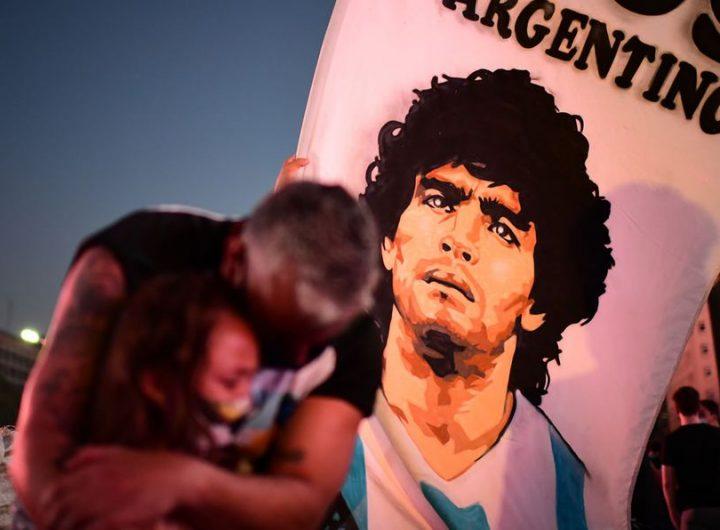 """Жителите на Буенос Айрес се събраха край своя Обелиск на булевард """"9 юли"""" да оплакват Диего Марадона още веднага след вестта за кончината му. Снимка: mediotiempo.com"""