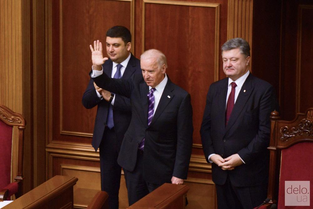 Джо Байдън (в средата) като вицепрезидент на САЩ произнесе реч в Радата в Киев през 2015 г. Вдясно е тогавашният украински президент Петро Порошенко. Снимка: delo.ua