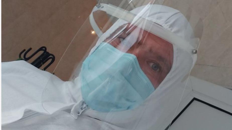 Журналистът Иван Янев в екипировката си като добровелц в Ковид-отделението на болницата в Казанлък. Снимка: Фейсбук