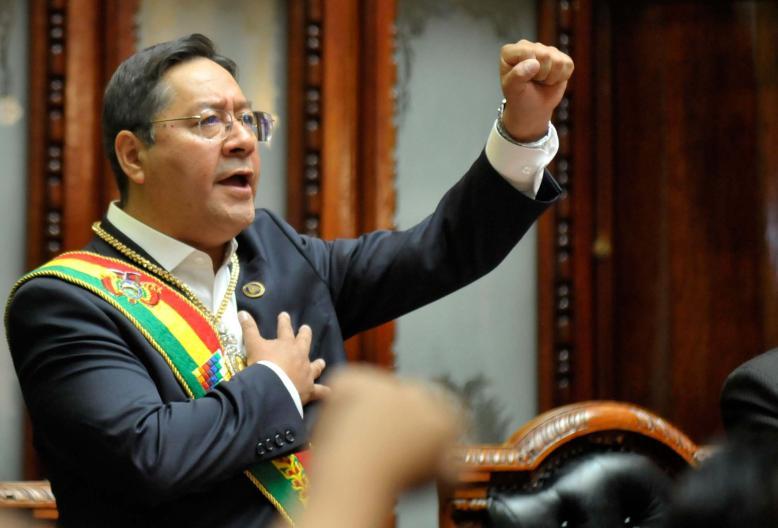 Луис (Лучо) Арсе с закле като президент на Боливия с дъсна ръка на сърцето и с лява - вдигната в юмрук. Снимка: ABI
