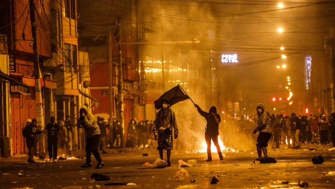 Уличните протести са превърнали Лима в бойно поле. Снимка: EFE