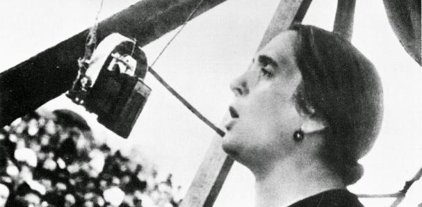 """Долорес Ибарури по време на легендарната си реч на 18 юли 1936 г., която завършва с """"Но пасаран!"""". Снимка: lavanguardia.com"""