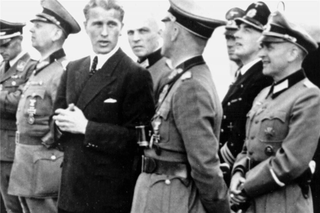 Вернер фон Браув (цивилният) в естествената си нацистка среда през 1944 г. Снимка: ruhrnachrichten.de