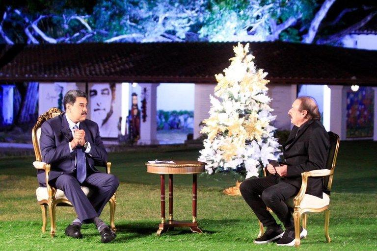"""Президентът Николас Мадуро (вляво) даде обширно интервю на известния франко-испански публицист Игнасио Рамоне за изданието """"Монд дипломатик"""". Снимка: Prensa Presidencial"""