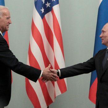 Архивен кадър от среща на Джо Байдън и Владимир Путин през 2011 г. Снимка: ria.ru