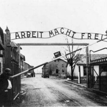 """Входът в нацисткия концлагер ОсвиенцимбАушвиц с прословутия надпис: """"Работата ви прави свободни"""""""