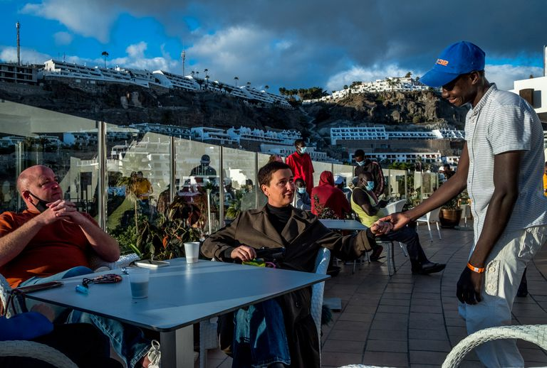 Калвин Лъкуок и Ун Тове Саетран са приятели с много от мигрантите, които са приели в два от хотелите си. Снимка: elpais.com
