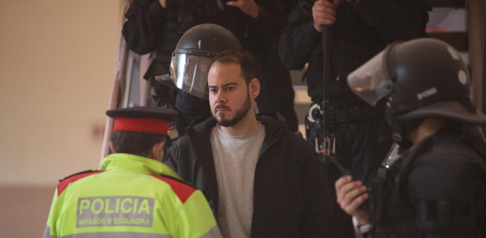 Полицаи съпровождат Пабло Хасел при извеждането му от Университета в Лерида, след което бе откаран в затвора. Снимка: lavanguardia.com