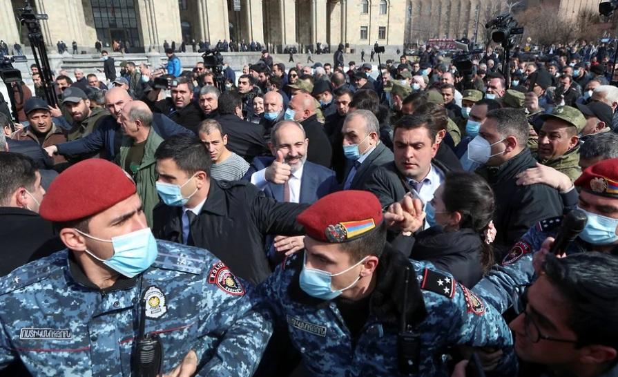 Премиерът Никол Пашинян (в центъра, с вдигнат палец) обикаляше из центъра на Ереван на 25 февруари, обкръжен от охраната си и от фенове. Снимка: ghall.com.ua