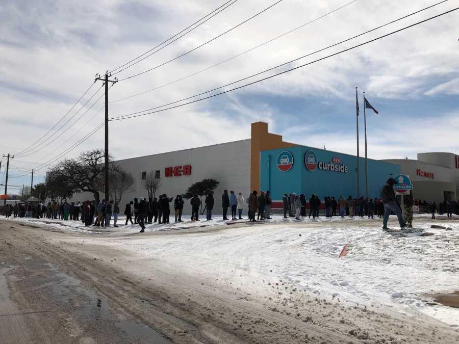 Жители на Тексас се редят на дълги опашки пред магазините за хранителни стоки