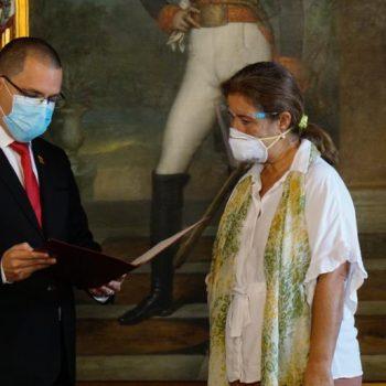 Венесуелският външен министър Хорхе Ареаса връчва на посланичката на ЕС Изабел Брилянте Педроса нотата за обявяването ѝ за персона нон грата. Снимка: Туитър