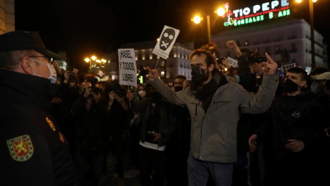 """Момент от демонстрацията в подкрепа на Пабло Хасел на централния площад """"Пуерта дел сол"""" в Мадрид на 17 февруари. Снимка: 20minutos.es"""