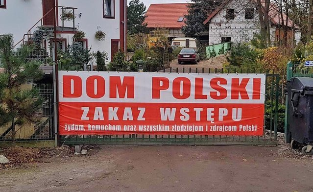 """Това е снимка на входа към къщата на Пьотр Рибак, банера гласи: """"Полски дом. Вход забранен за евреи, комунисти, всички крадци и предатели на Полша"""""""