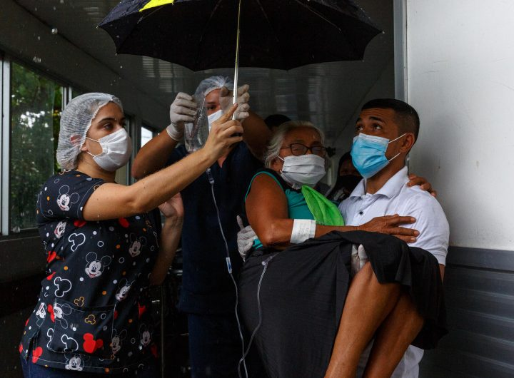 """Медици и близки изнасят на ръце от дома ѝ болна от """"бразилския щам"""" в град Манаус. Снимка: msf.org"""