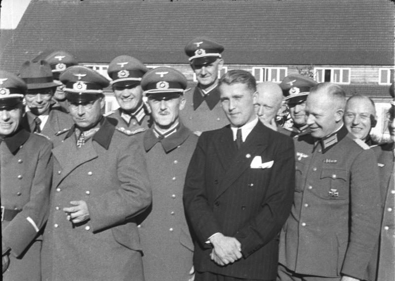Вернер фон Браун с група висши нацистки военни през 1941 г. Източник: Wikimedia Commons.