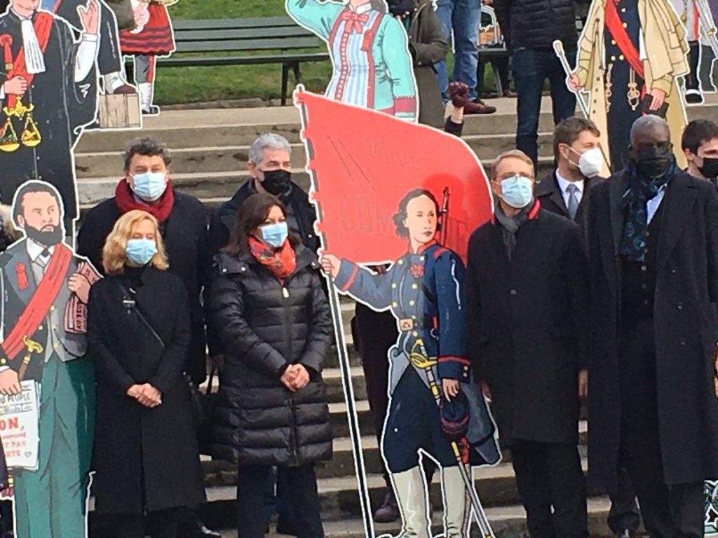 Кметицата на Париж Ан Идалго (с червен шал) до картонената фигура на Луиз Мишел на честването на 150-тодишнината на Парижката комуна в подножието на Монмартр. Снимка: Twitter