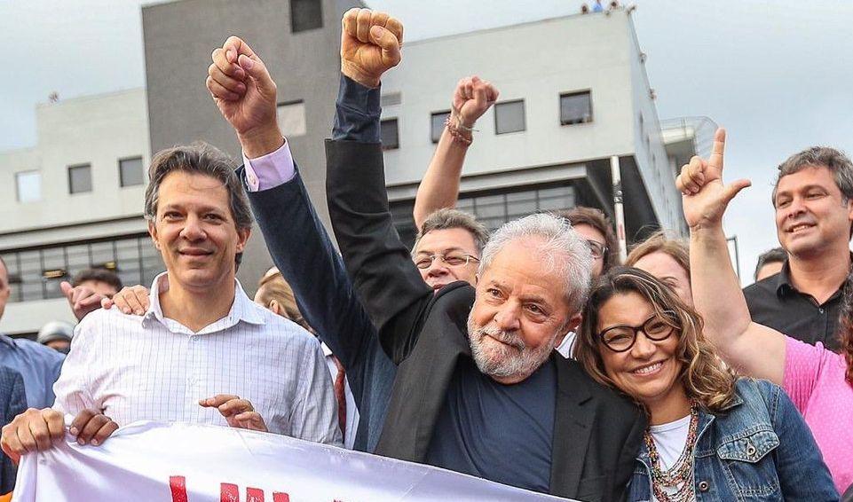 Лула да Силва (в средата) със свои близки и съратници при излизането си от затвора в Куритиба през ноември 2019 г. Снимка: Рикардо Стукерт