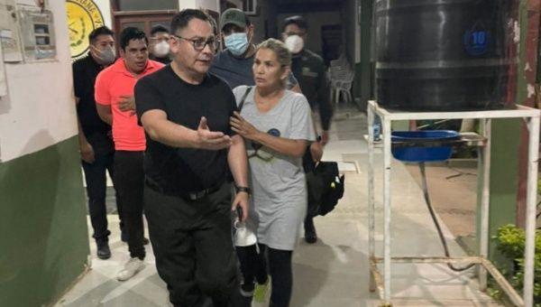 Момент от отвеждането на арестуваната Жанин Аниес от дома ѝ. Снимка: telesurtv.net