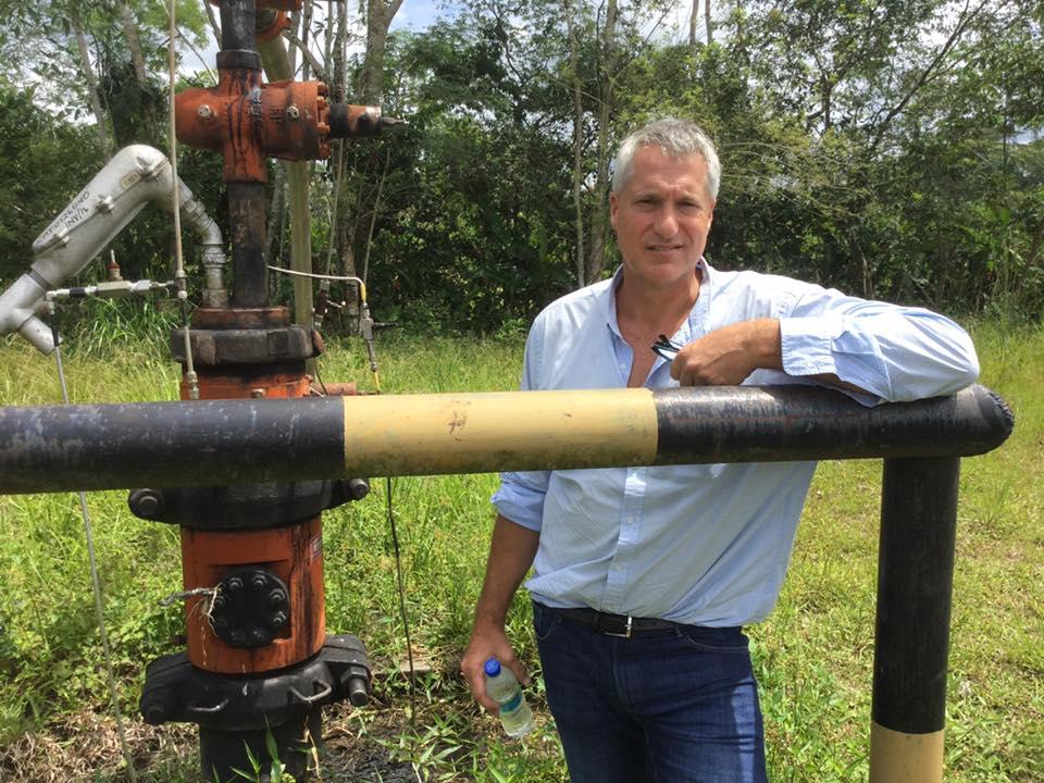 """Стивън Донзигер в района на Лаго Агрио, замърсен от инсталациите на на """"Шеврон"""". Снимка: greenpeace.org"""