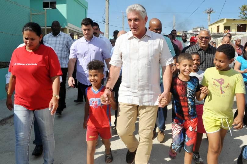 Президентът на Куба, който вече оглави и ККП, Мигел Диас-Канел е известен с редовното си е непосредствено общуване с хора по улиците. Снимка: cubahora.cu