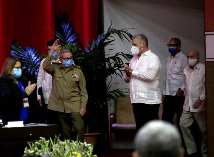 Раул Кастро (във военната униформа) приветства делегатите на 8-ия конгрес на ККП редом до президента Мигел Диас Канел (първият до него с бялата риза вдясно). Снимка: cubadebate.cu