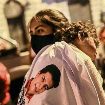 Перуанка е загърнала детето си с тениска с образа на учителя и президентски кандидат Педро Кастийо. Снимка: EFE