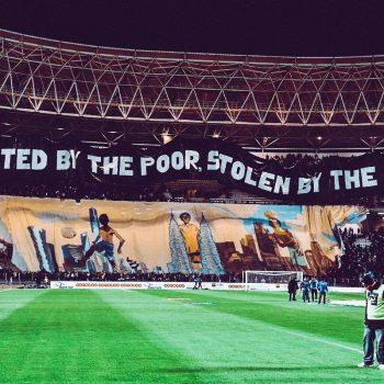 """""""Създаден от бедните, откраднат от богатите"""" - гласа плакатът, издигнат от фенове на тунизийски отбор през 2017-та година по време на приятелски мач срещу френския ПСЖ."""