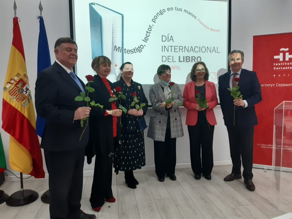 """От ляво на дясно: посланиците на Аржентина, Куба и Португалия, директорката на Институт """"Сервантес"""", посланиците на Бразилия и Испания"""