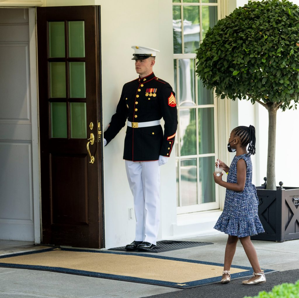 Малката дъщеря на Джордж Флойд - Джана - влиза в Белия дом. Снимка: Туитйр