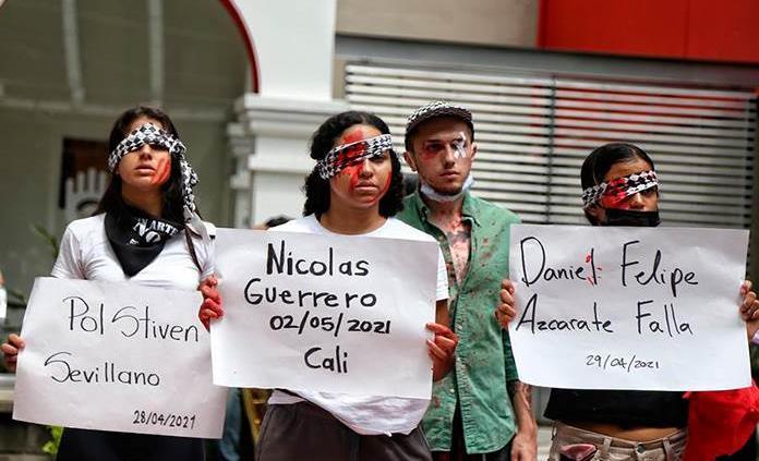 Младежи от колумбийския град Кали протестират срещу полицейското насилие, довело и до ранения в очите на демонстранти от гумени и пластмасови куршуми на силите на реда. Снимка: EFE